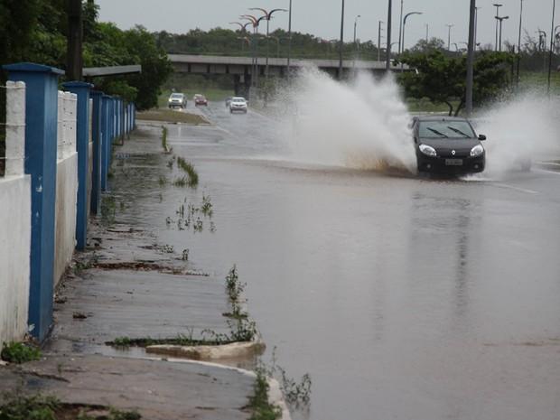 Chuva deixou ruas alagadas em São Luís (Foto: De Jesus/O Estado)