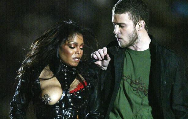 """O caso de Janet Jackson com Justin Timberlake no Super Bowl de 2004 se tornou um clássico, apontado como o episódio que inaugurou a atual era conservadora da televisão dos EUA, em que toda nudez passou a ser castigada, ou melhor, censurada. Bem no verso final de uma música, em que Timberlake cantou """"vou te deixar nua ao fim desta canção"""", o cantor puxou o sutiã da popstar e, sem querer, revelou o seio direito inteiro dela, coroado com um piercing em forma de Sol no mamilo. Eles insistiram que tudo não passou de um incidente, porém executivos da indústria do entretenimento norte-americano não acreditaram. (Foto: Getty Images)"""