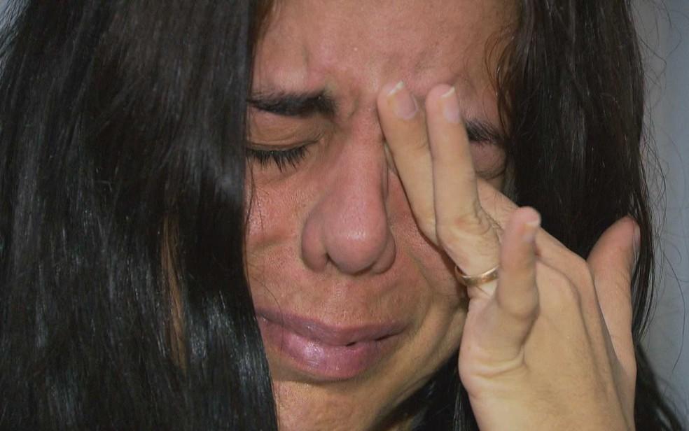 Mulher chora ao falar sobre dificuldade para obter remédio para tratar síndrome rara no DF (Foto: TV Globo/Reprodução)