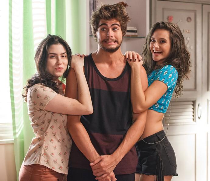 Rafael Vitti posa ao lado de Olivia Torres e Juliana Paiva durante intervalo das gravações de 'Totalmente Sem Noção Demais' (Foto: TV Globo/Artur Meninea)