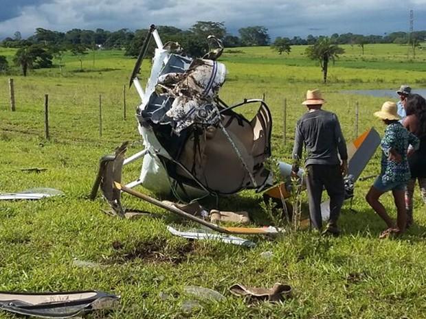 Helicóptero ficou destruído com a queda (Foto: Arquivo Pessoal)