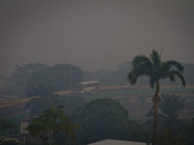 Manaus é encoberta por nuvem de fumaça na manhã desta quinta (Foto: Danilo Mello/Foto Amazonas/Estadão Conteúdo)
