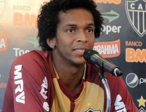 Jô coletova Atlético-MG (Foto: Fernando Martins / Globoesporte.com)