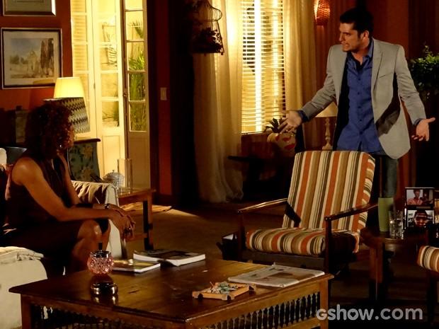André fica furioso ao saber que Dulce escondeu informações sobre seu passado (Foto: Em Família / TV Globo)