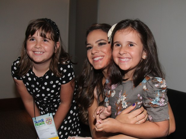 Bruna Marquezine com fãs em evento em Belém (Foto: Wesley Costa/ Ag. News)