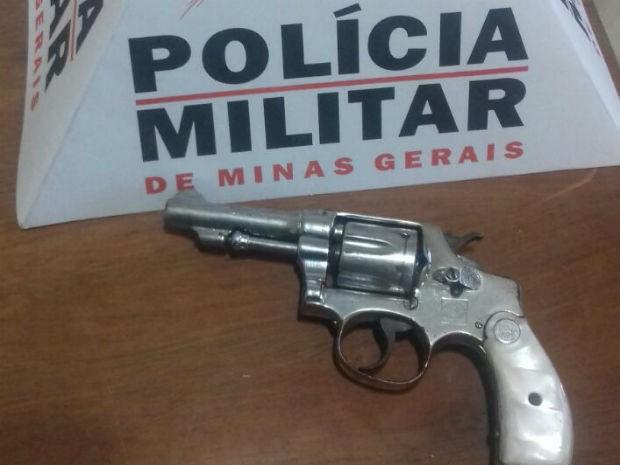 Revólver foi encontrado com o suspeito (Foto: Polícia Militar/Divulgação)