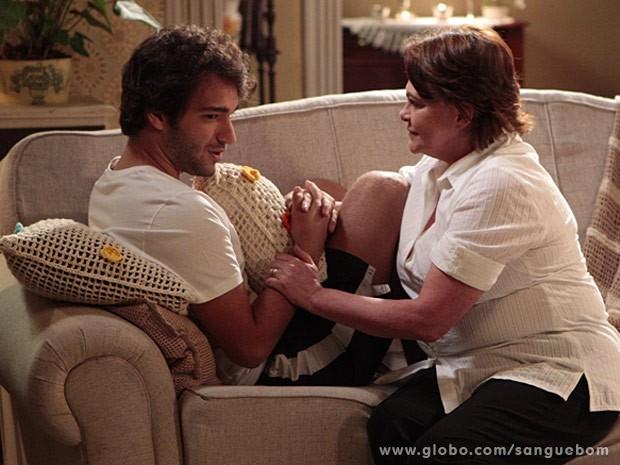 Fabinho confirma para Margot que está se aproximando de Plínio (Foto: Sangue Bom / TV Globo)