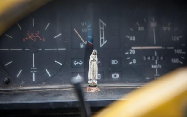 Imagem de Nossa Senhora fica diante do mostrador no painel da Brasília amarela (Foto: Fábio Tito/G1)