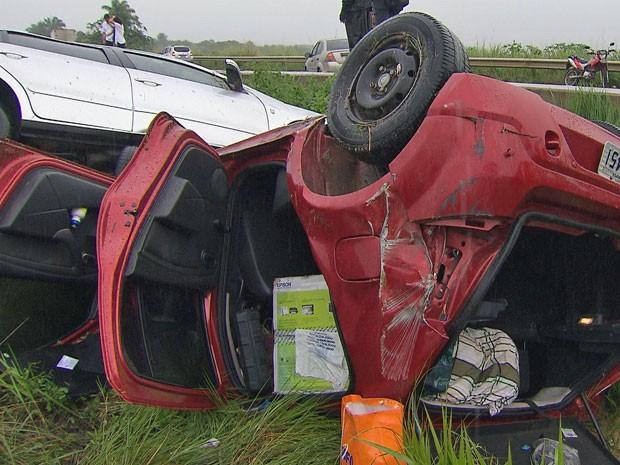 Acidente começou com a colisão de dois veículos na BR-101 (Foto: Reprodução / TV Globo)