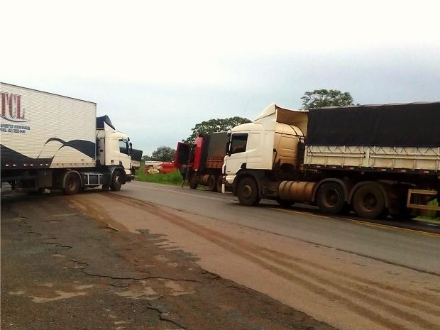 Caminhoneiros liberaram trecho da BR-364 no início da manhã desta sexta (Foto: Laudson Albres/ Arquivo pessoal)