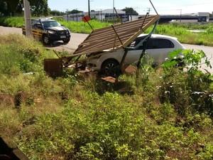 Mulher morre após ser atingida por carro enquanto esperava ônibus  (Foto: PRF/Divulgação)