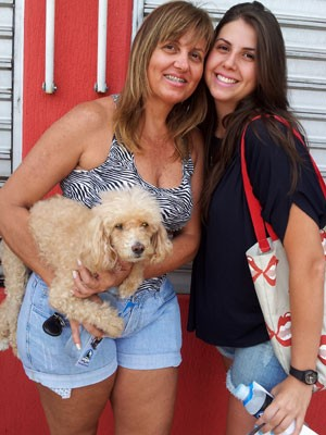 Ezenil Marques e a filha Juliana com a cachorra Sandy na entrada do colégio em Campinas (Foto: Fernando Pacífico/ G1)
