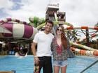 Marina Ruy Barbosa e Klebber Toledo brincam em parque aquático