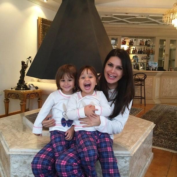 Natália Guimarães e as meninas curtindo o frio de pijamas iguais (Foto: Reprodução/ Instagram)