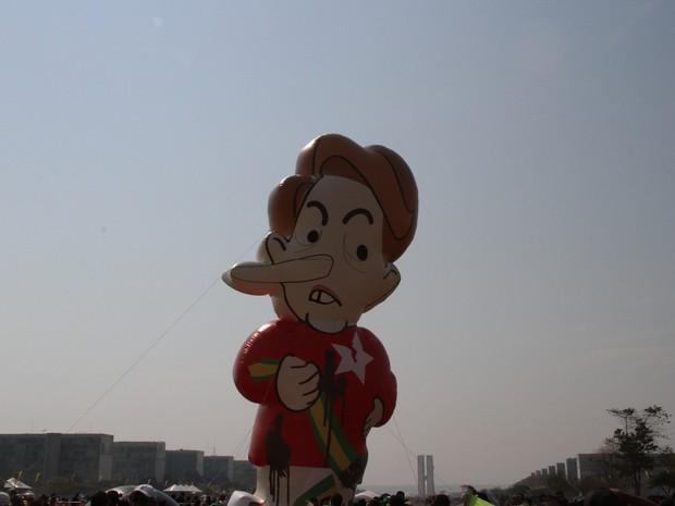 Manifestantes erguem, na Esplanada dos Ministérios, boneco inflável que representa Dilma (Foto: Vianey Bentes/TV Globo)