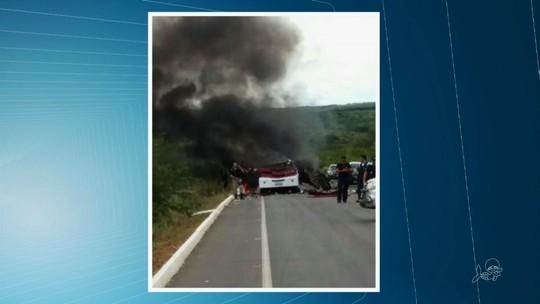 Quadrilha atira contra seguranças e explode carro-forte em assalto no CE