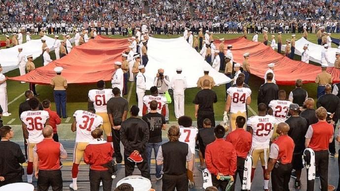 Colin Kaepernick fica ajoelhado durante jogo da pré-temporada da NFL (Foto: Reuters)