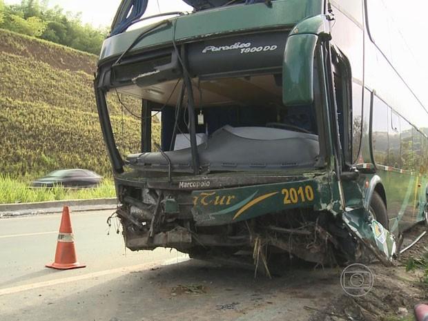 Ônibus ficou destruído (Foto: Reprodução/TV Globo)