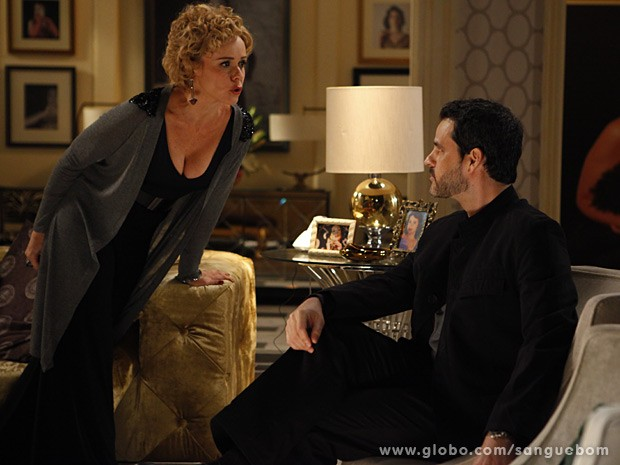 O publicitário fica intrigado com o que ouve da atriz  (Foto: Sangue Bom / TV Globo)