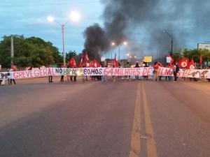 Integrantes do MST interditaram a BR-316 em Picos (Foto: Josimar Santos)