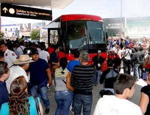 ônibus torcida desembarque Atlético-MG (Foto: Leonardo Simonini)