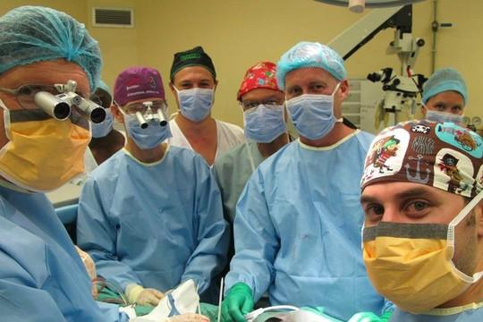 A equipe que realizou o transplante de pênis - os médicos ficaram surpresos com a rápida recuperação do rapaz (Foto: Stellenbosch University)