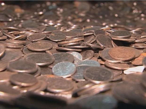 Centenas de moedas antigas foram encontradas por construtores de Bauru (Foto: TV TEM/Reprodução)