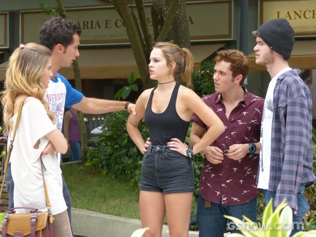 Serguei perdido em meio a discussão dos casais  (Foto: Malhação / TV Globo)