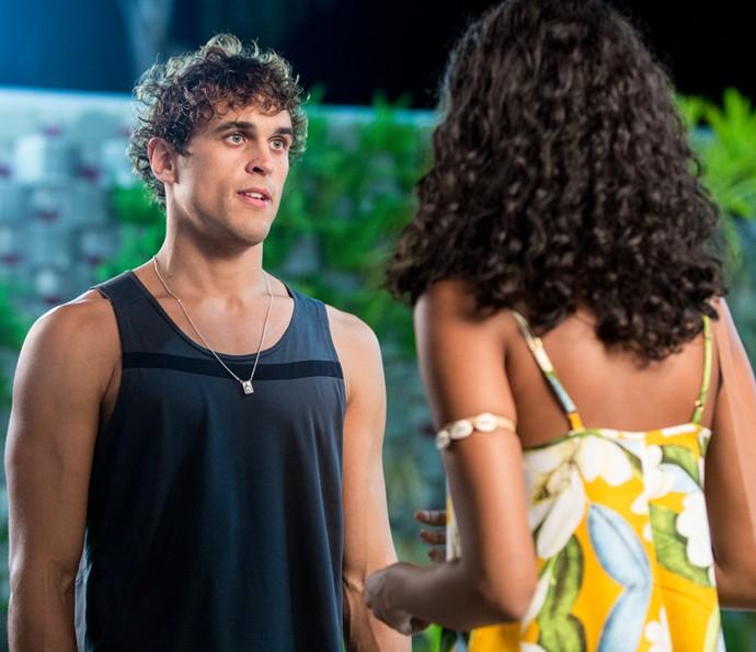 Gabriel surpreende Joana na academia (Foto: Isabella Pinheiro/Gshow)