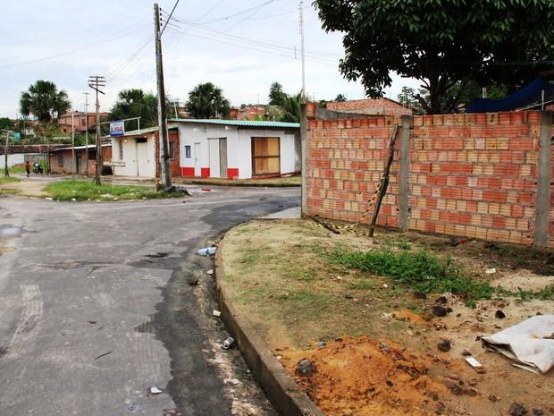 Corpo do ajudante de pedreiro foi achado por vizinhos  logo após o crime a poucos metros de onde vítima residia (Foto: Adneison Severiano/G1 AM)