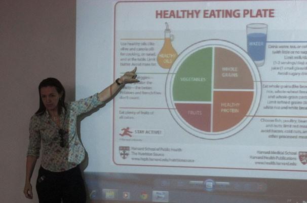 Nutricionista Adeildes Moura ministra palestra sobre saúde alimentar. (Foto: André Santos/TV Clube)