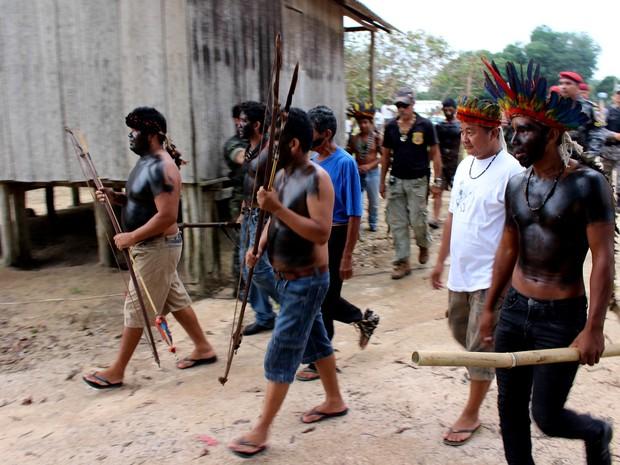 Índios Tenharim prometem a volta do pedágio incendiado na Transamazônica (Foto: Larissa Matarésio/G1)