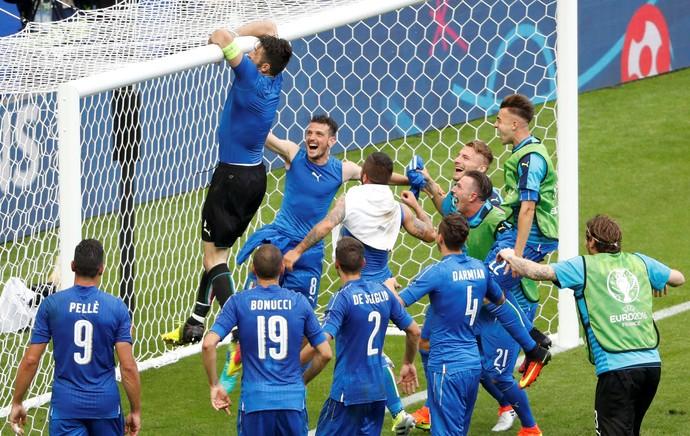 Buffon se pendura na rede depois da vitória da Itália sobre a Espanha na Eurocopa (Foto: REUTERS/Charles Platiau )
