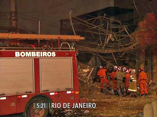Bombeiros procuram por vítimas soterradas  (Foto: Reprodução / TV Globo)