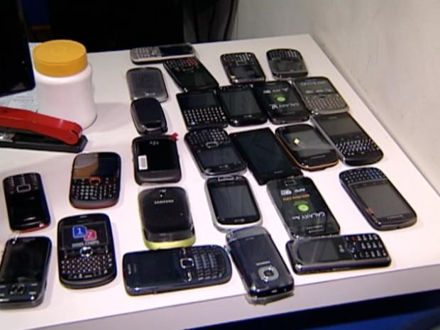 Todo o material saqueado foi apreendido, quase R$ 15 mil em aparelhos telefônicos (Foto: Reprodução/TV Gazeta)