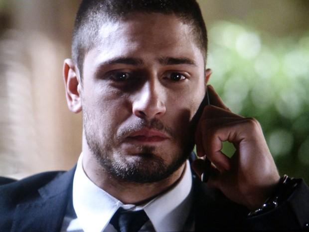 Com raiva do pai, Lucas liga para Isis e diz que é apaixonado por ela  (Foto: Império/TV Globo)