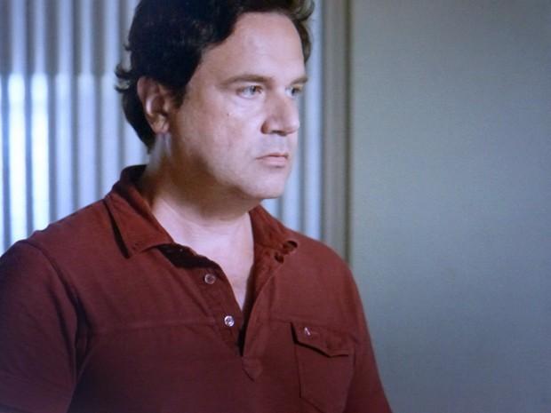 Felipe encontra Enrico no apartamento dele (Foto: TV Globo)