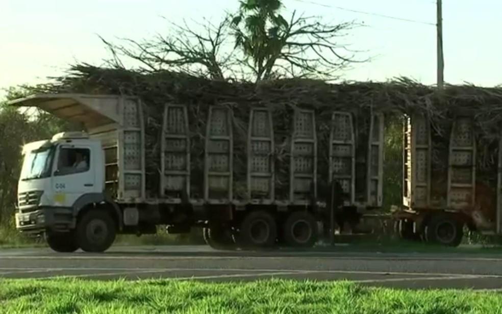 Caminhão carregado de cana não tem a lona de proteção (Foto: Reprodução / TV TEM)