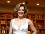 Claudia Raia arrasa no decote em jantar cheio de famosos