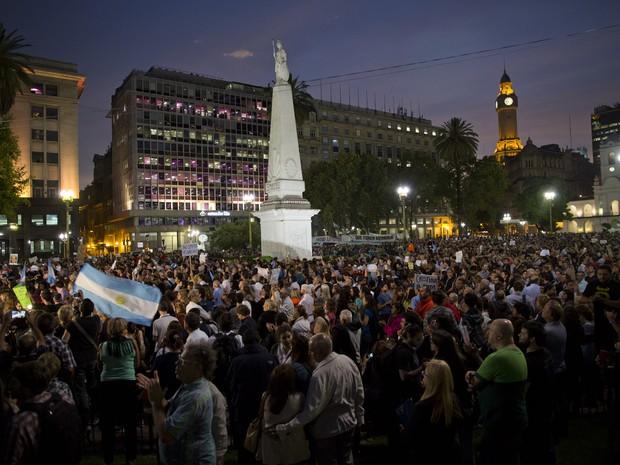 Praça de Maio, na Argentina, ficou cheia de manifestantes que pedem esclarecimento da morte do fiscal Alberto Nisman (Foto: Rodrigo Abd/AP Photo)