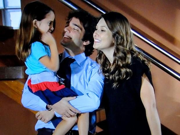 Stela e Elano ficam no maior clima na frente de Cida (Foto: Cheias de Charme / TV Globo)