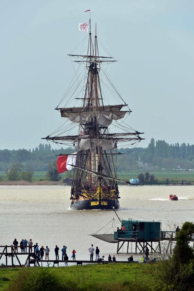 A fragata Hermione, que imita uma embarcação de mesmo nome do século 18, parte do porto da França em direção aos EUA (Foto: Xavier Leoty/AFP)