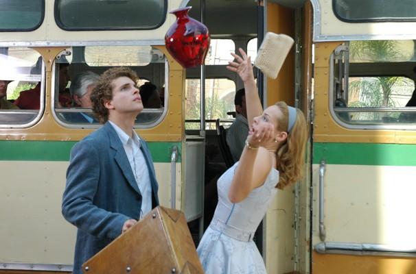 Marcos (Thiago Fragoso) e Sônia (Paolla Oliveira) se esbarram quando ele sai apressado do ônibus (Foto: Divulgação/ TV Globo)