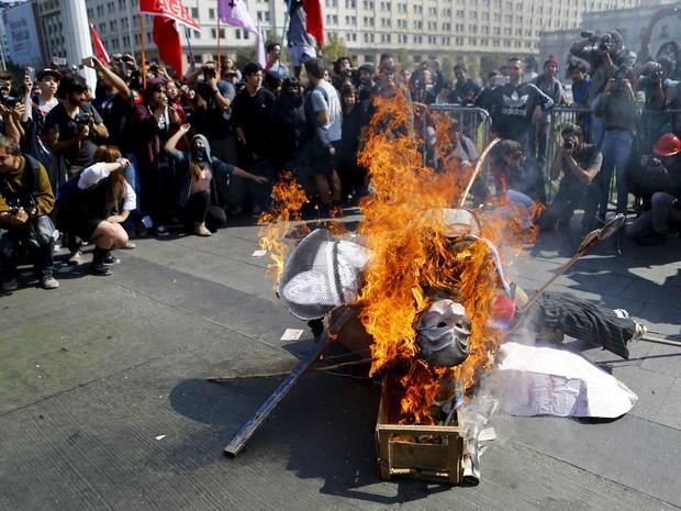 Manifestantes queimam boneco que representa a presidente Michele Bachelet, do Chile (Foto: Ivan Alvarado/Reuters)