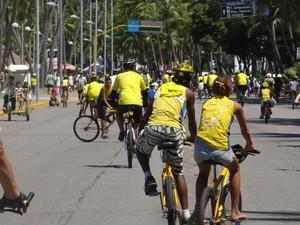Ciclistas saíram da orla da Ponta Verde em direção à Braskem, no bairro do Pontal. (Foto: Henrique Pereira/G1)