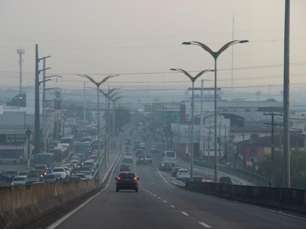 Muitos motoristas deixaram faróis ligados para trafegar em trechos mais críticos com fumaça (Foto: Diego Toledano/G1 AM)