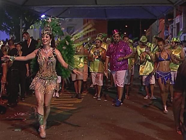 Desfile da escola Zetaliê agitou carnaval de Pereiras (Foto: Reprodução/TV TEM)