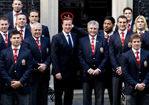 Jogador de rúgbi pede desculpas por 'botar chifre' em premiê britânico (Foto: Chris Harris/Pool/AFP)