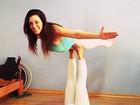 Simony mostra equilíbrio em aula de pilates