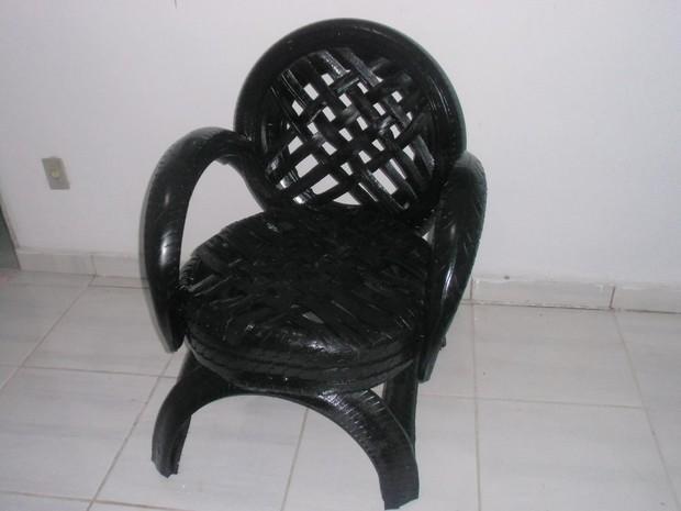 Cadeira foi confeccionada por pneu doado em rede social (Foto: Antonio Joaquim/Arquivo Pessoal)